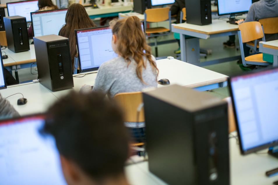 In vielen Dresdner Schulen stimmt inzwischen zwar die Computertechnik. Nur das Internet ist lahm. Das soll sich bald ändern.