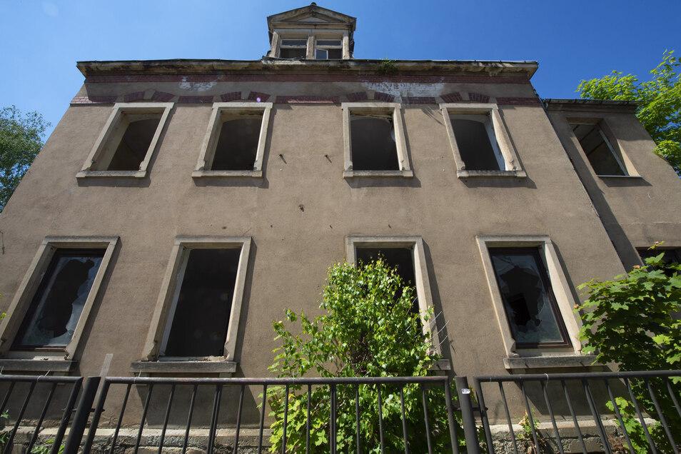 Eingeworfene Fenster vorn, an der Seite und hinten sind einige Fenster des ehemaligen Wohnhauses zugemauert.