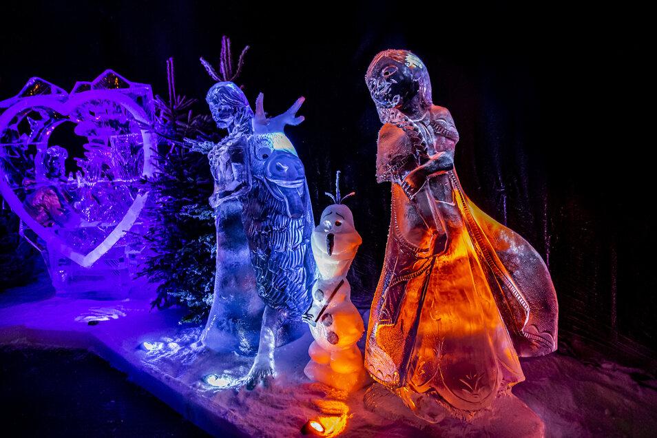 Anna und Elsa begleitet von Olaf und Sven als Eisskulpturen in der Eiswelt Dresden.