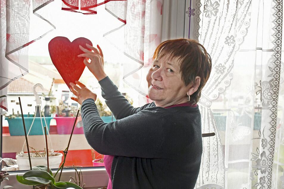 Petra Schlehahn aus Döbeln Nord hat ein rotes Herz gebastelt, das in ihrem Fenster hängt. Es soll für Zusammenhalt stehen, aber auch ein Dankeschön sein. Foto: Dietmar Thomas