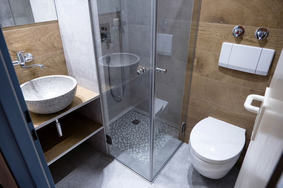 Badezimmer im Hotel Kreuzbergbaude in Jauernick-Buschbach. Hier wurde alles neu gemacht. Der Baudenstil zeigt sich auch in dem kleinen Bad.