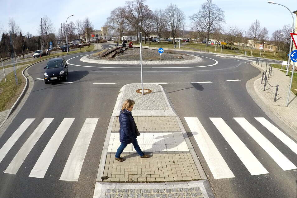 """Der Kreisverkehr am Bahnhof ist nach dem neuesten Standard ausgestattet. Das soll auch mit den anderen """"Kreiseln"""" in der Stadt passieren."""