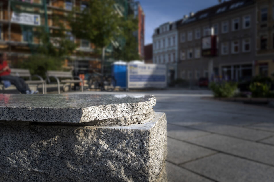 Abgebrochen: Die Platten auf den Granitmauern am Rathausplatz sind kaputt.