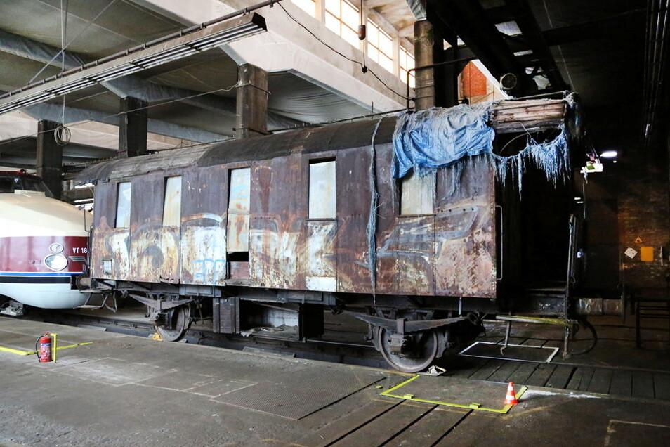 Ein Personenwagen mit Tonnendach, wie er auf sächsischen Gleisen verkehrte.