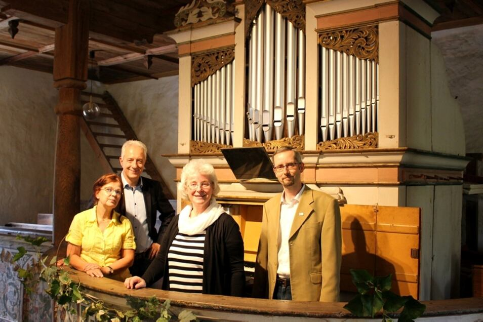 Astrid Zischank (v.l.) von der Orgelbaufirma Soldan, Stanislaw Tillich, der ehemalige Sächsische Ministerpräsident, Kreiskantorin Margret Schulze und Lautas Bürgermeister Frank Lehmann vor der Orgel.