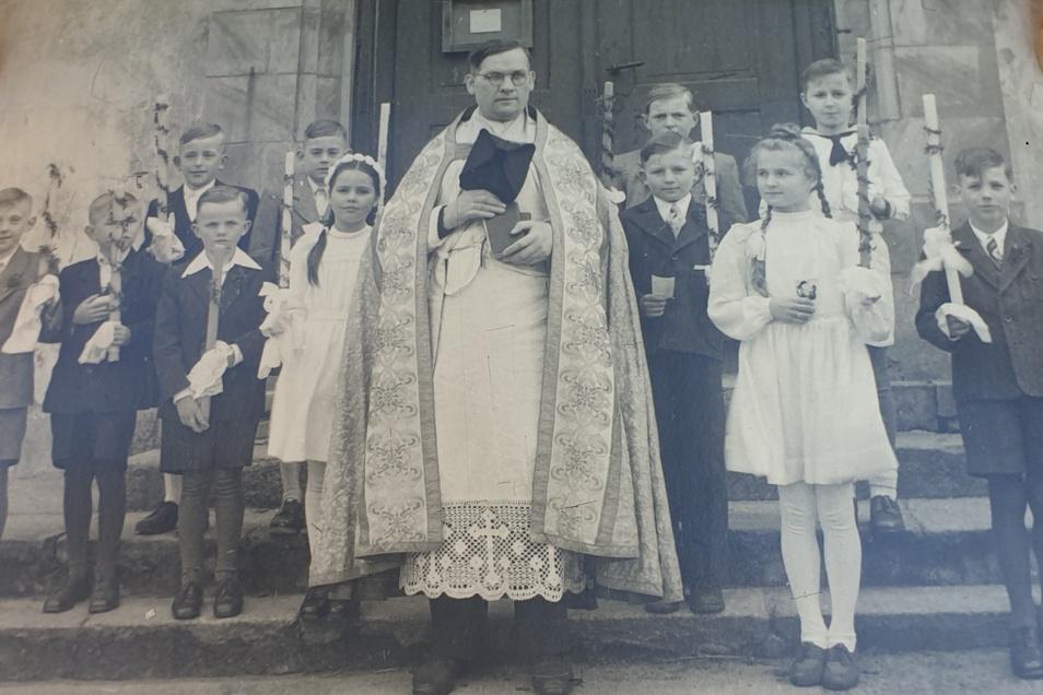 Eines der Fotos, die sich in der Turmkugel verbargen: Es zeigt eine Erstkommunion in Reichenbach - vermutlich in den 1920- oder 1930-Jahren.