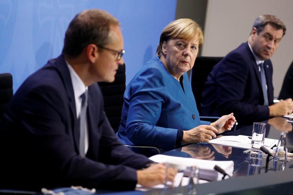 Bundeskanzlerin Angela Merkel (CDU), der bayerische Ministerpräsident Markus Söder (r., CSU) und Berlins Regierender Bürgermeister Michael Müller im Kanzleramt.