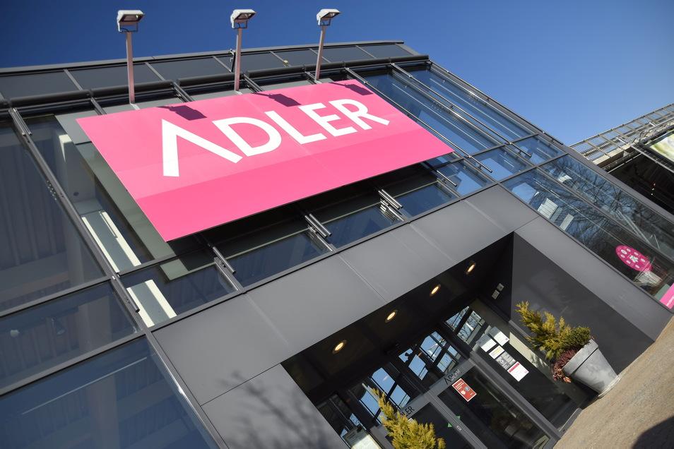 Der Adler Modemarkt in Bischofswerda wird auch weiterhin geöffnet bleiben. Er gehört nicht zu den bundesweit 40 Filialen, die geschlossen werden sollen.