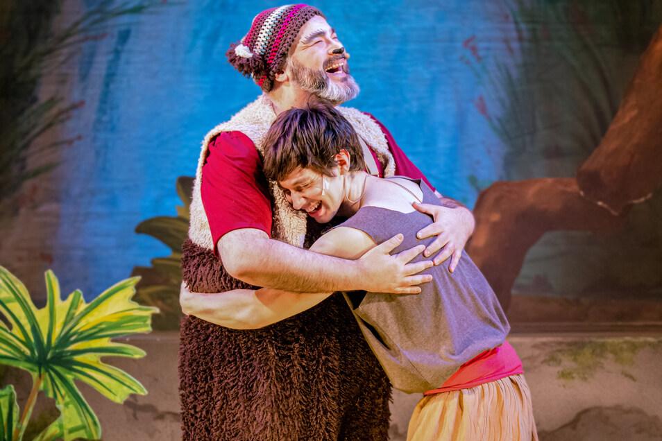 """Szene aus dem """"Dschungelbuch"""" mit dem Theater Liberi: Okan Sen als Balu und Ali Marcel Yildiz als Mogli."""