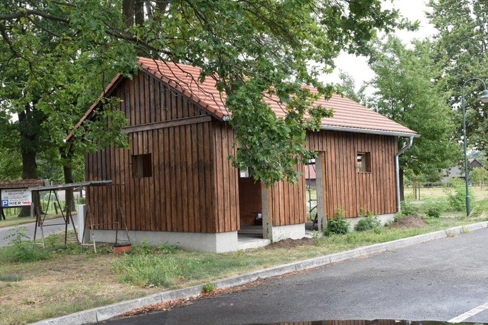 Das Sanitärgebäude an den Busstellplätzen des Parkplatzes am Erlichthof nimmt sichtbar äußerlich Gestalt an. Nun steht der Innenausbau des Gebäudes an.