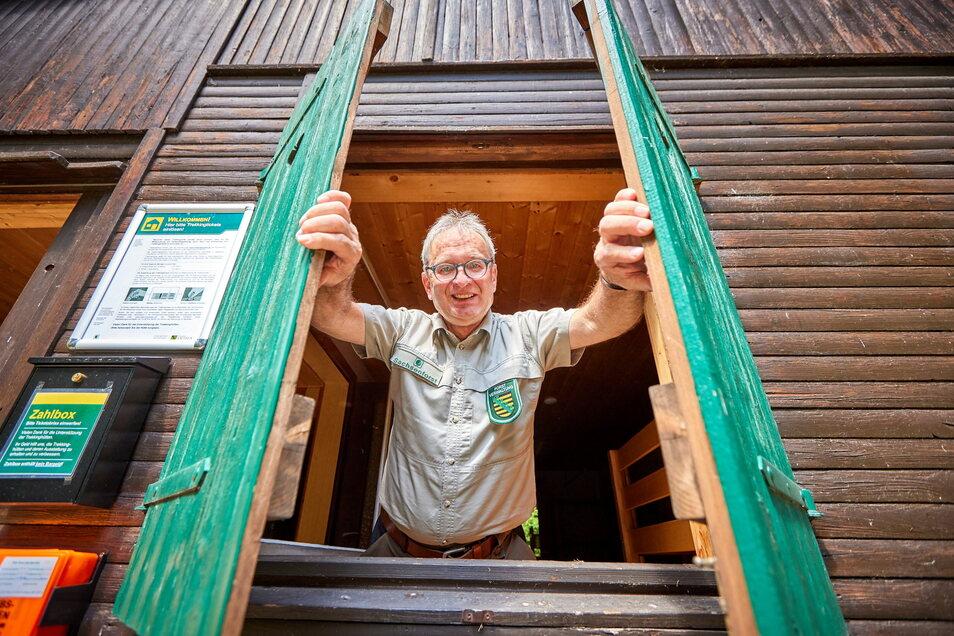 Willkommen im wilden Wald: Jens Dzikowski (68) ist der Steig- und Hüttenwart des Forststeigs Elbsandstein. Er kümmert sich um die Trekkinghütten und Biwakplätze, aber auch um ihre Benutzer.