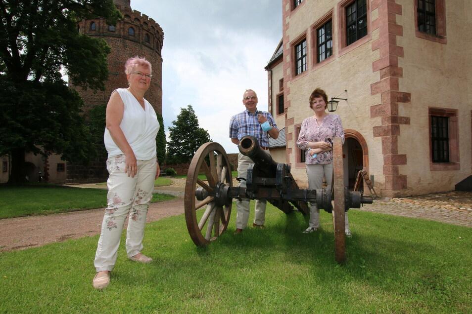 Regina und Horst Laneus aus Berlin (links) sind die ersten offiziellen Gäste auf der Burg Mildenstein nach Corona-Wiedereröffnung. Britta Köppke von der Burgverwaltung (rechts) begrüßt die beiden.