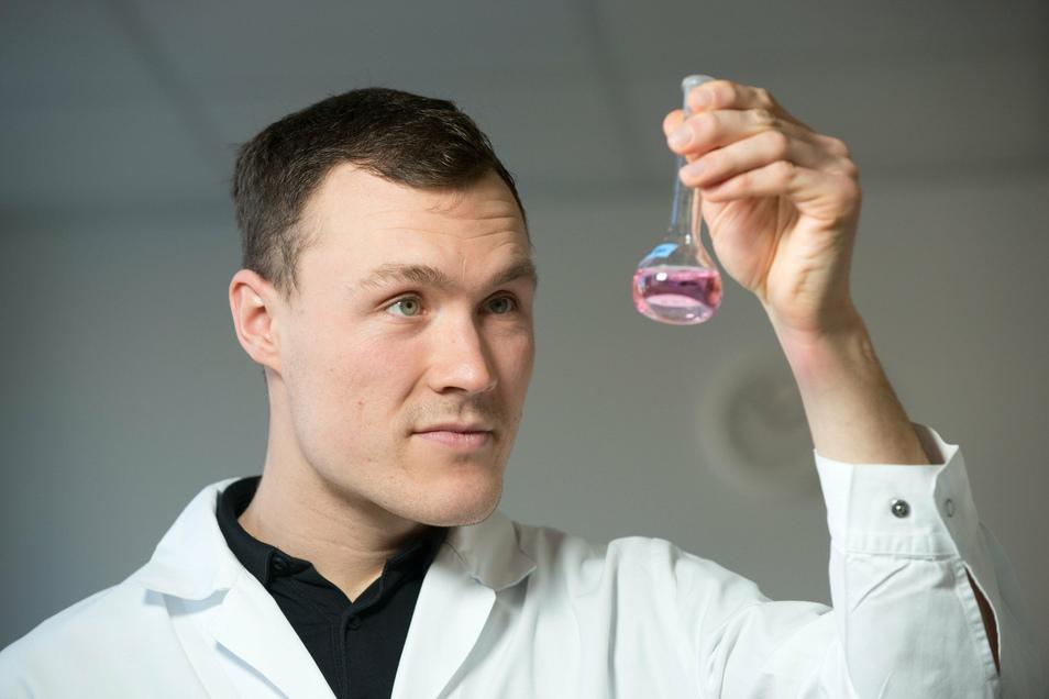 Chemielaborant Patrick Wolffersdorff prüft im Labor des Wasserwerks Coschütz die Qualität des Trinkwassers. Er und seine Kollegen untersuchen es auf bis zu 290 Parameter, darunter auf Krankheitserreger. Sicherheit hat bei diesem Lebensmittel oberste Prior