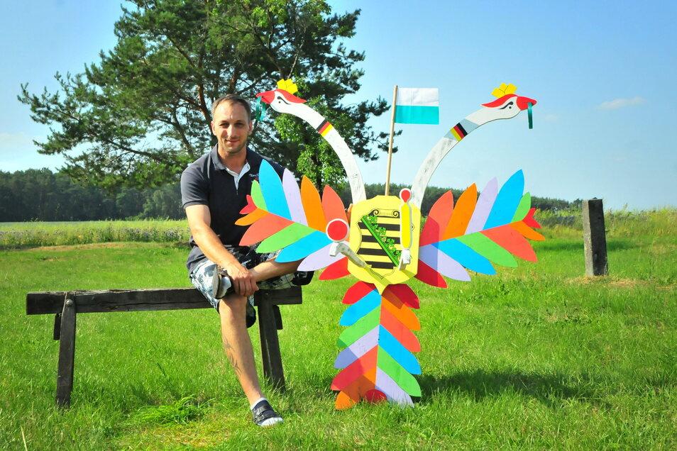 So sieht der Vogel normalerweise aus: Mirko Fiedler baut seit Jahren die Holzfiguren für das Vogelschießen in der Region. Er malt sie auch bunt an.
