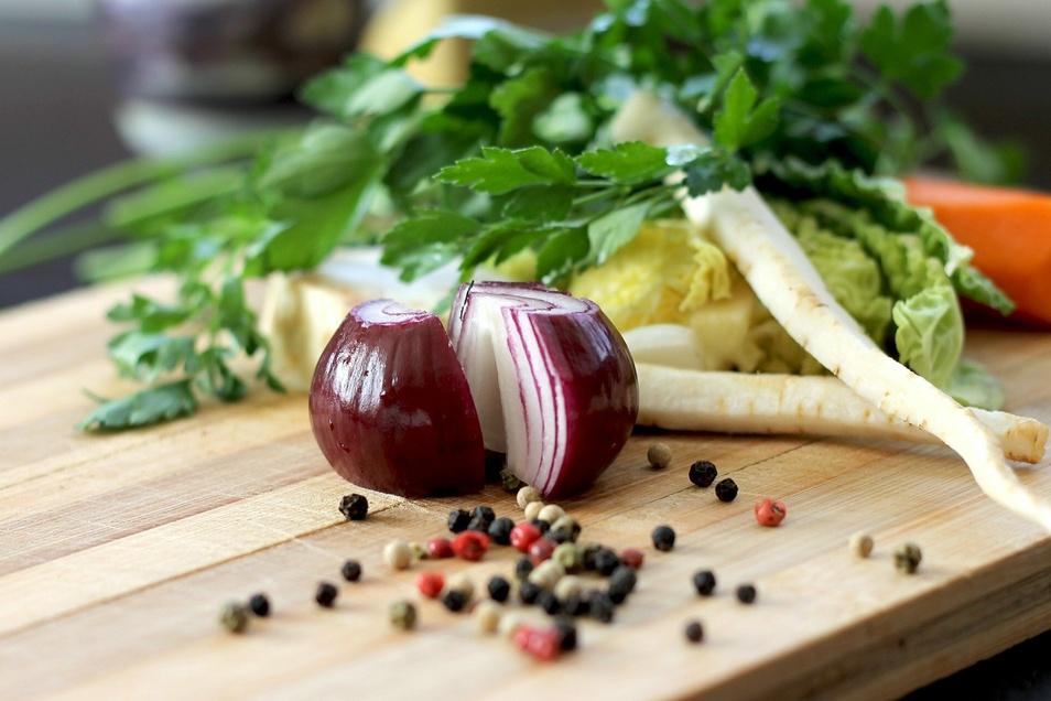 So traurig Zwiebeln schneiden auch ist, es ist gut gegen Erkältungen und, vor allem die roten, füttern unseren Haushalt mit zahlreichen Antioxidantien.