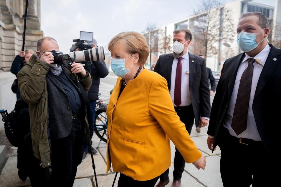 Bundeskanzlerin Angela Merkel (CDU) auf dem Weg in den Bundestag. Am Mittwoch hatte sie die zu Beginn der Woche beschlossenen Osterruhe gekippt.
