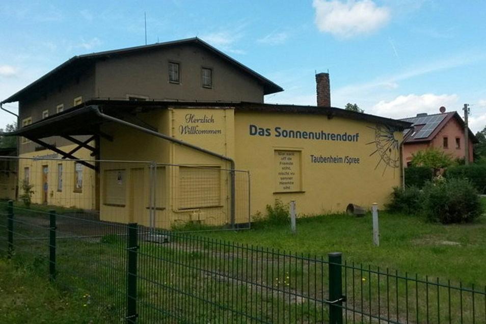 Mitglieder des Taubenheimer Dorfclubs hatten die Fassade mit Malerarbeiten aufgehübscht. Die Bemalung wurde bis nach Berlin bekannt.
