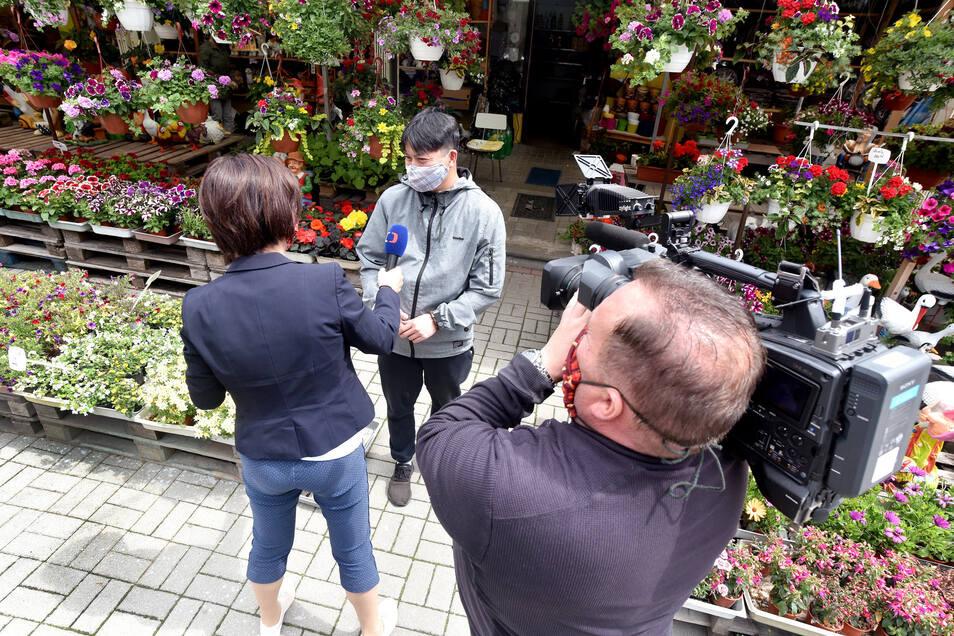 Auch das tschechische Fernsehen Ceska Televize berichtet vom Grenzübergang in Varnsdorf. Toni vom Blumen- und Zigarettenstand ist glücklich, dass die Deutschen wieder bei ihm kaufen können.