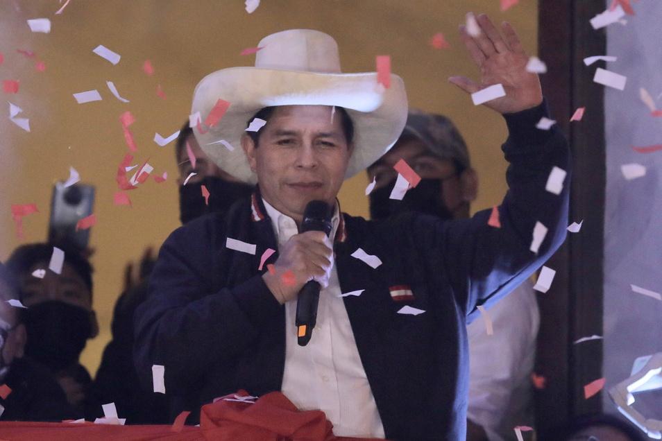 Pedro Castillo feiert nachdem er von den Wahlbehörden in Lima, Peru, zum Präsidenten von Peru erklärt wurde, mehr als einen Monat nach den Wahlen.