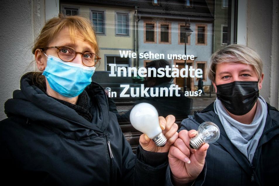 Uhrmachermeisterin Gudrun Popko (links) und Friseurmeisterin Anja Schüller machen auf die schwierige Lage der Händler aufmerksam.