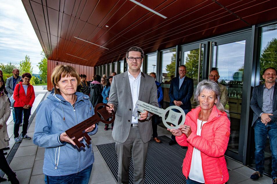 Die Schulleiterinnen Elvira Flaschin (li.) und Katrin Wagner erhielten von Oberbürgermeister Sven Liebhauser die obligatorischen Schlüssel.