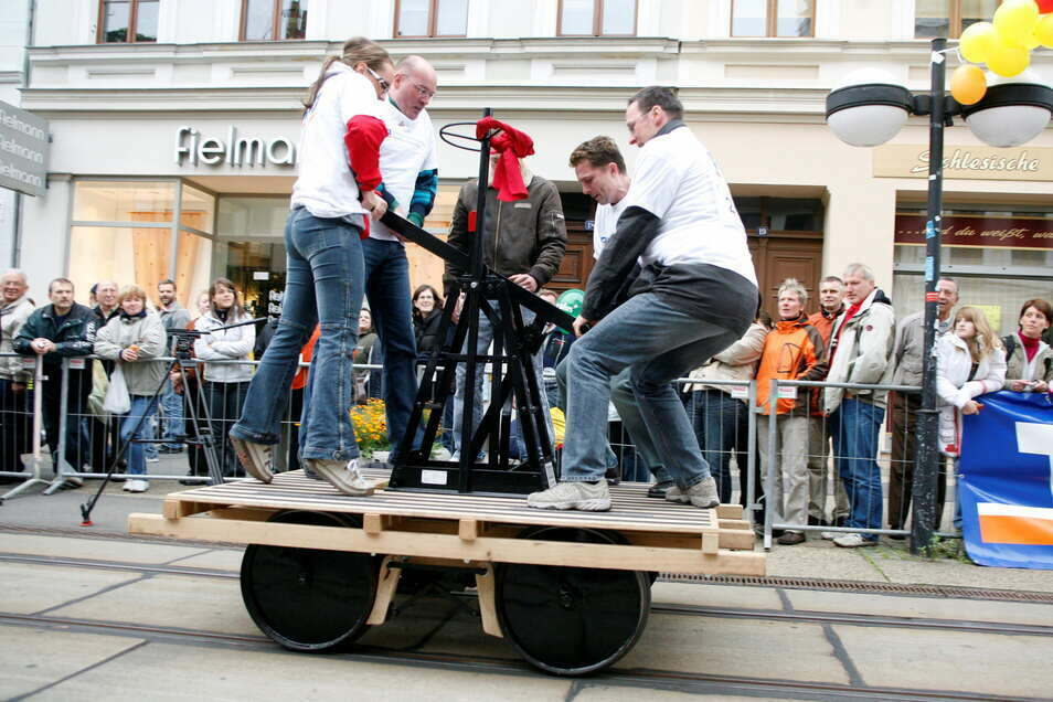 """Das Draisinenrennen auf der Berliner Straße in Görlitz war 2008 ein spektakuläres Ereignis. Mit dem Preisgeld aus dem Wettbewerb """"Ab in die Mitte!"""" von 2006 wurde es umgesetzt."""