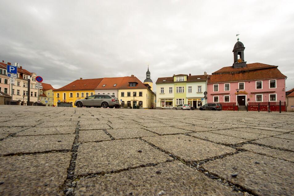 Der Markt in Radeburg. Die Stadt mit 7.300 Einwohnern hatte in den letzten sieben Tagen 38 neue Coronafälle. Die Inzidenz liegt jetzt bei 519, erster Platz im Landkreis Meißen.