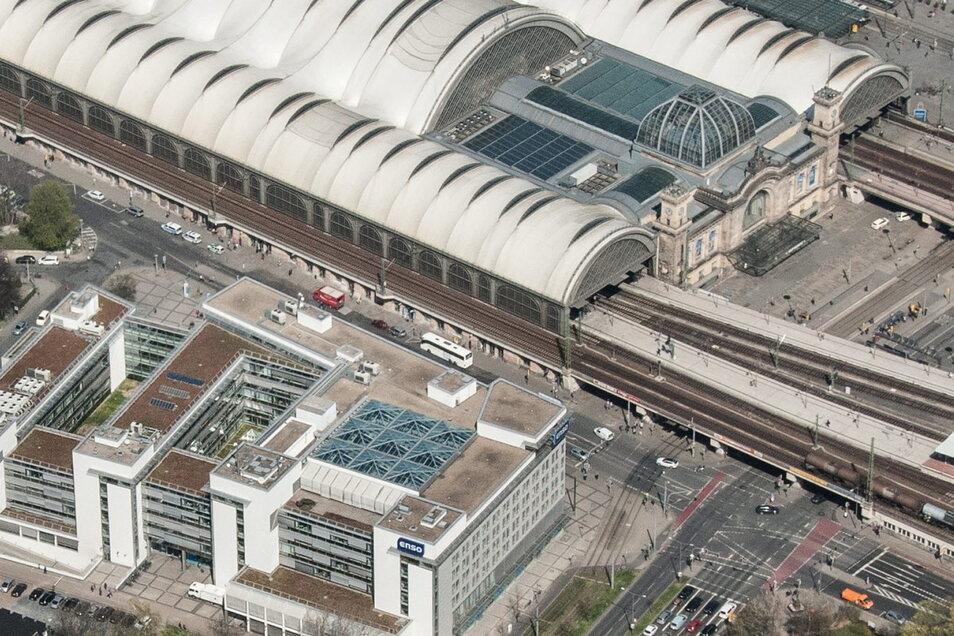 Eigentlich halten die Schienenersatzbusse direkt am Bahnhof in der Bayrischen Straße. Jetzt ist es anders, sie halten an der Strehlener Straße (im Bild unten rechts). Wer zum Bahnhof will, muss über zwei große Straßen.