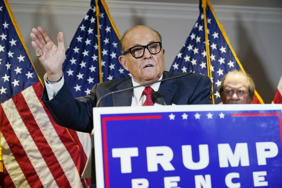 Rudy Giuliani, Ex-Bürgermeister von New York und ein Anwalt von US-Präsident Trump, spricht gestenreich während einer Pressekonferenz im Hauptquartier des republikanischen Nationalkomitees.