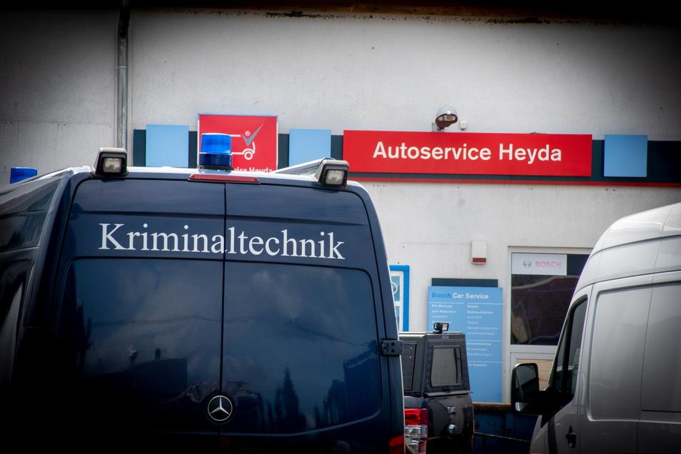 Die Kriminaltechniker wurden vom Döbelner THW und einem Abschleppdienst unterstützt.