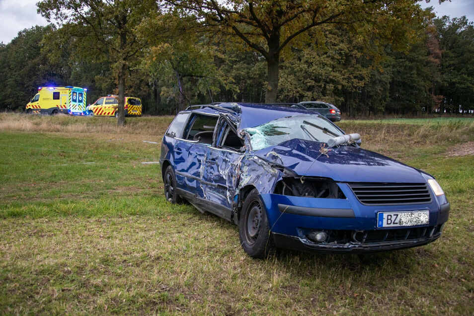 Bei dem Unfall wurde die rechte Fahrzeugseite des VW stark eingedrückt.