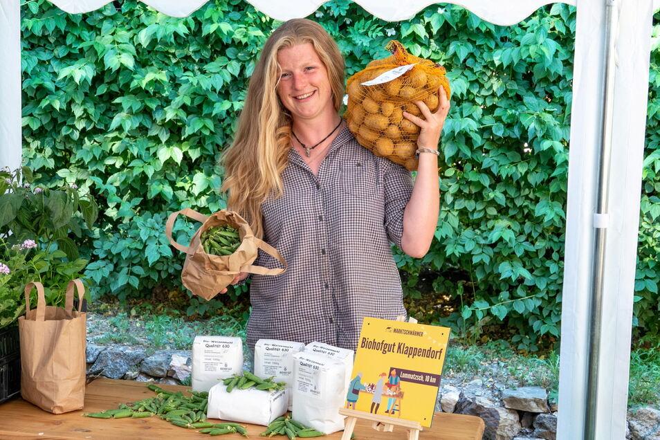 Josephine Moog hat beispielsweise frische Kartoffeln dabei - und bald auch noch Öl dazu.