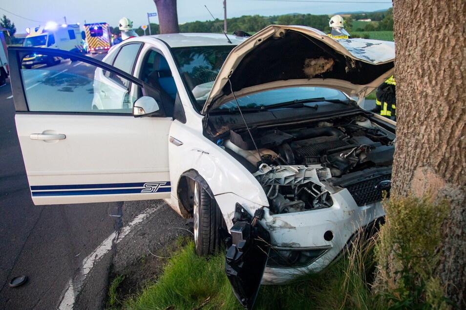 Der Fahrer eines Ford krachte bei einem Verkehrsunfall bei Goldbach gegen einen Baum.