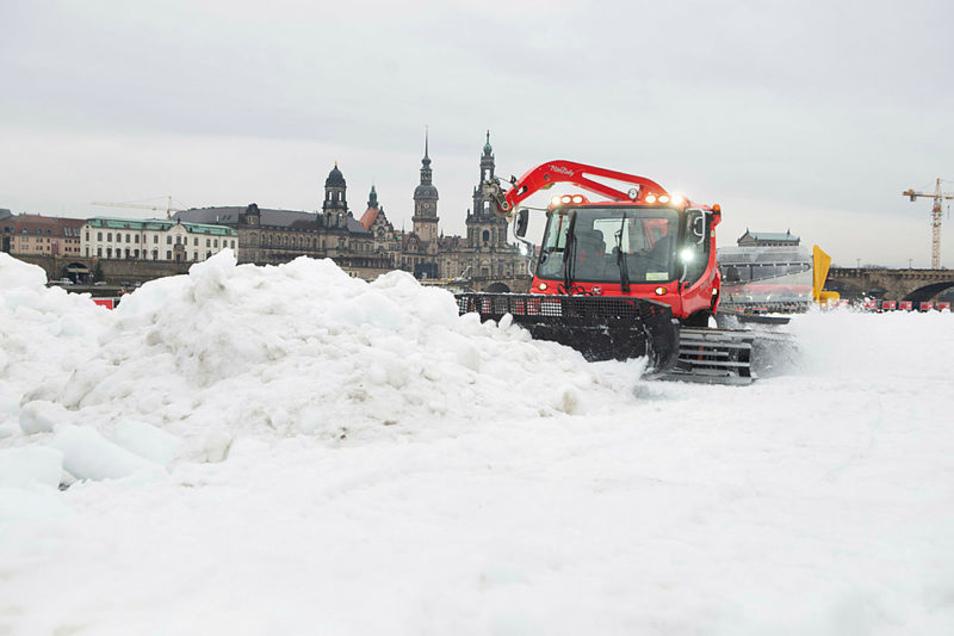 Ein Pistenbully präpariert die Wettkampfstrecke vor der Frauenkirche. Dresden ist zum dritten Mal Gastgeber des Skilanglauf-Weltcup.