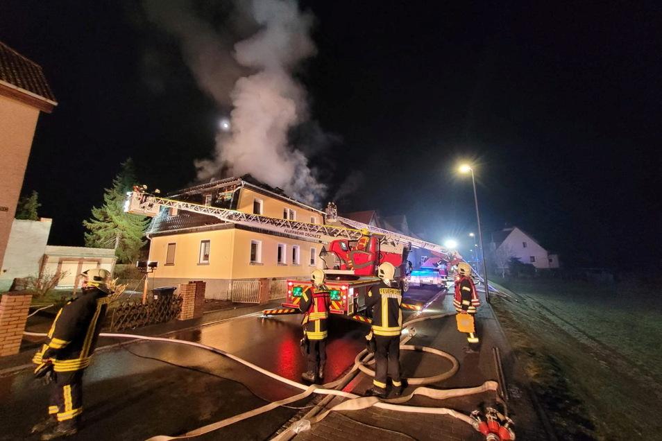 Zu einem Brand an der Auenwaldstraße in Nickritz musste die Feuerwehr in der Nacht zu Dienstag ausrücken.