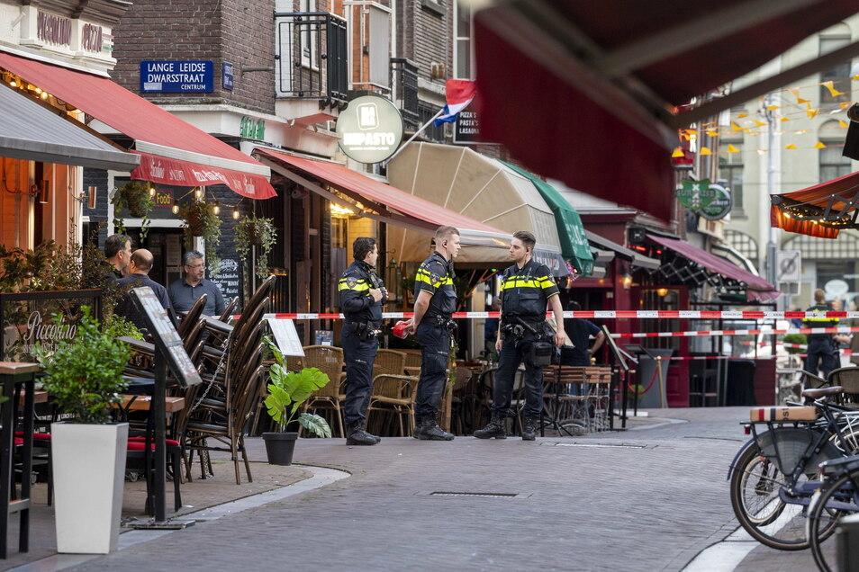 Polizisten ermitteln im Zentrum von Amsterdam, nachdem ein Unbekannter auf den Reporter Peter R. de Vries geschossen hat.