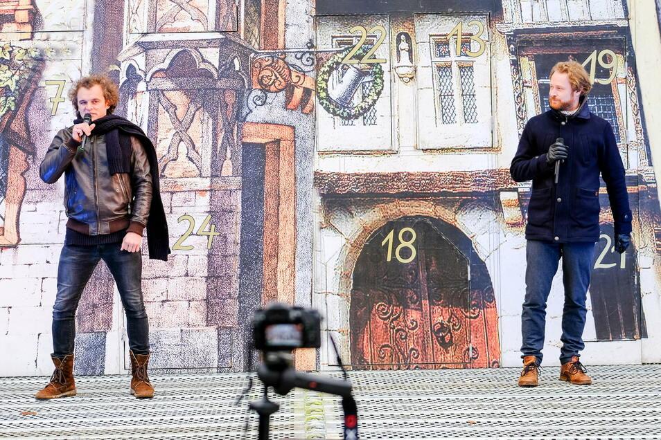 Zur Eröffnung des Adventskalenders der Landesbühnen Sachsen sangen Michael Berndt-Cananá (l.) und Moritz Gabriel.
