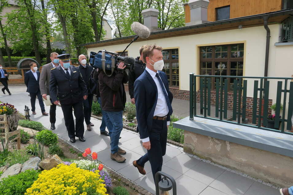 Ministerpräsident Kretschmer hat der Stadt Zwönitz im Erzgebirgskreis und ihren Bürgern Unterstützung gegen eine Vereinnahmung durch Rechtsextreme zugesichert.