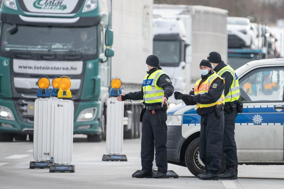 Beamte der Bundespolizei kontrollieren an der Grenze zwischen Tschechien und Sachsen bei Breitenau an der A17 Fahrzeuge, die aus Tschechien nach Deutschland einreisen wollen.