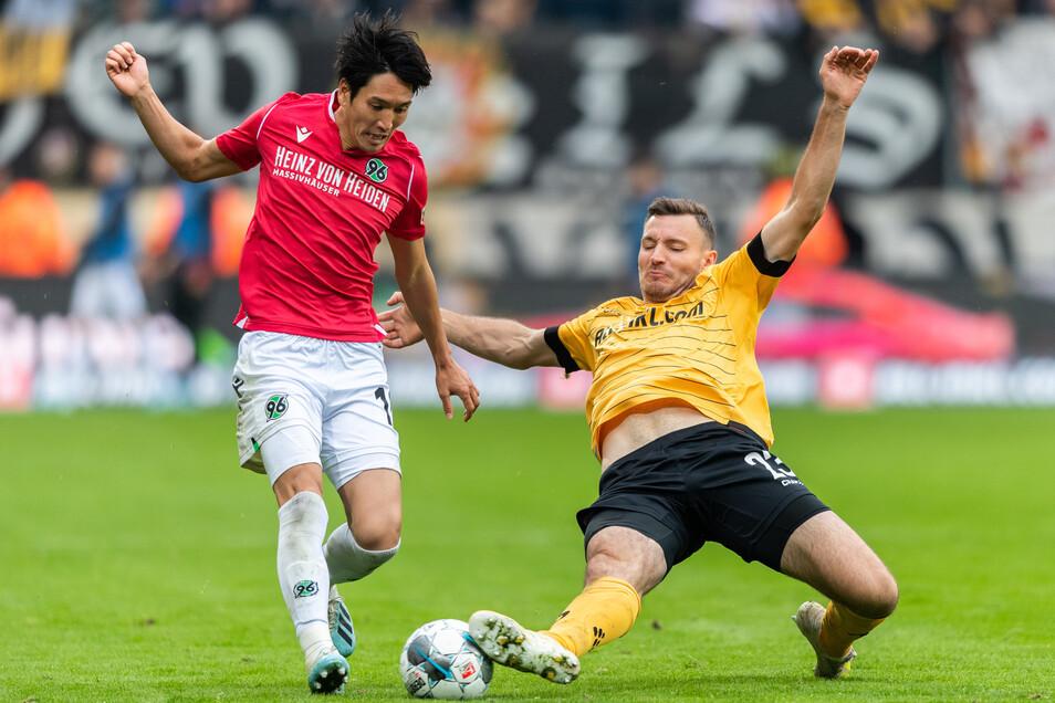 Florian Ballas (r.) hatte große Mühe gegen Hannovers Genki Haraguchi.