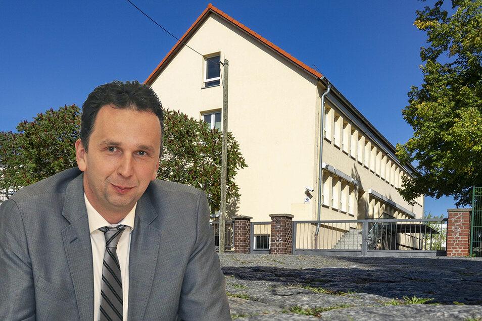 Unsere Montage zeigt Riesas OB Marco Müller (CDU) vor dem Gebäude an der Speicherstraße, das die Stadt als möglichen Standort fürs Obdadchlosenheim ausgewählt hatte.