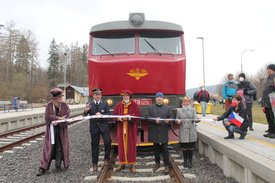 Mit dem Lausitzer Schnellzug gibt es an Wochenenden erstmals eine Direktverbindung mit dem Zug von Mikulášovice (Nixdorf) nach Prag. Zur Jungfernfahrt gab es einen feierlichen Empfang.