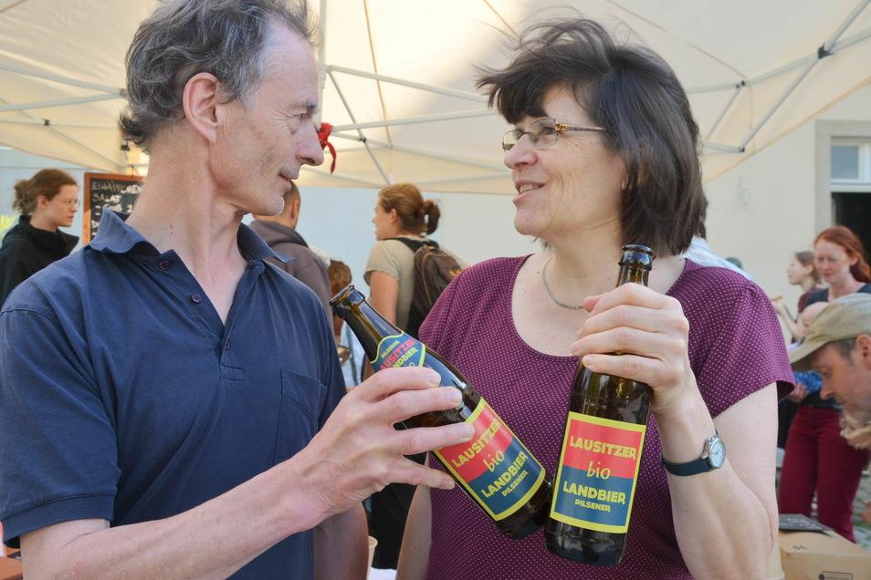 Regina und Dietgar Thiemann hats geschmeckt: Das Bio-Bier gab es beim Tag der offenen Baustellentür des künftigen Begegnungscafés.