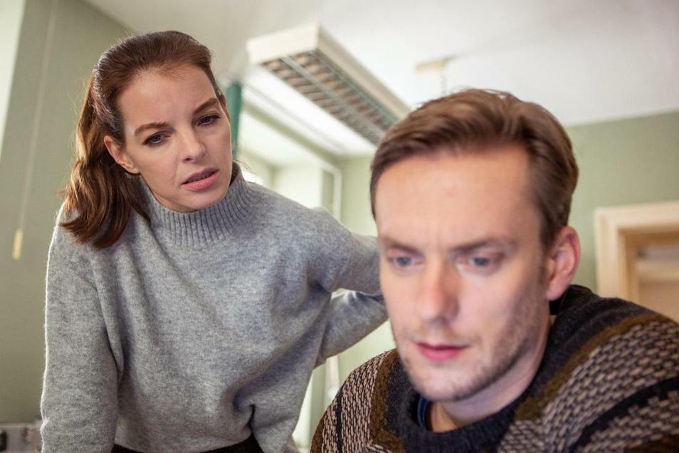 Yvonne Catterfeld als Viola Delbrück und Jan Dose als KTU-Mitarbeiter Jakob Böhme.
