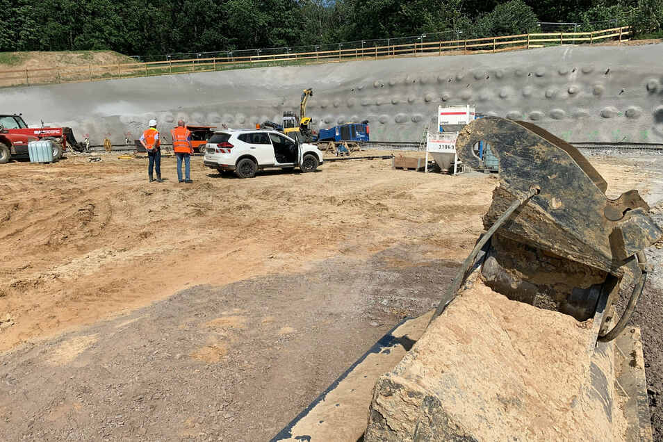 Tunnelbaustelle an der Kohlberg-Westseite: Der Wanderweg oberhalb der betonierten Wand ist offiziell gesperrt.
