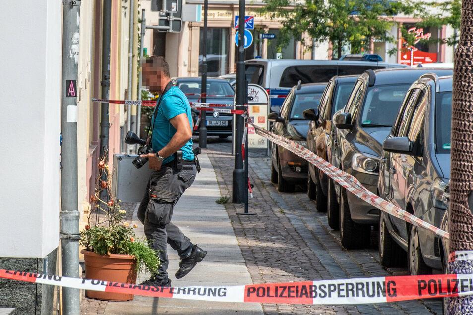 Polizeibeamte nahmen nach dem Überfall Hinweise auf.