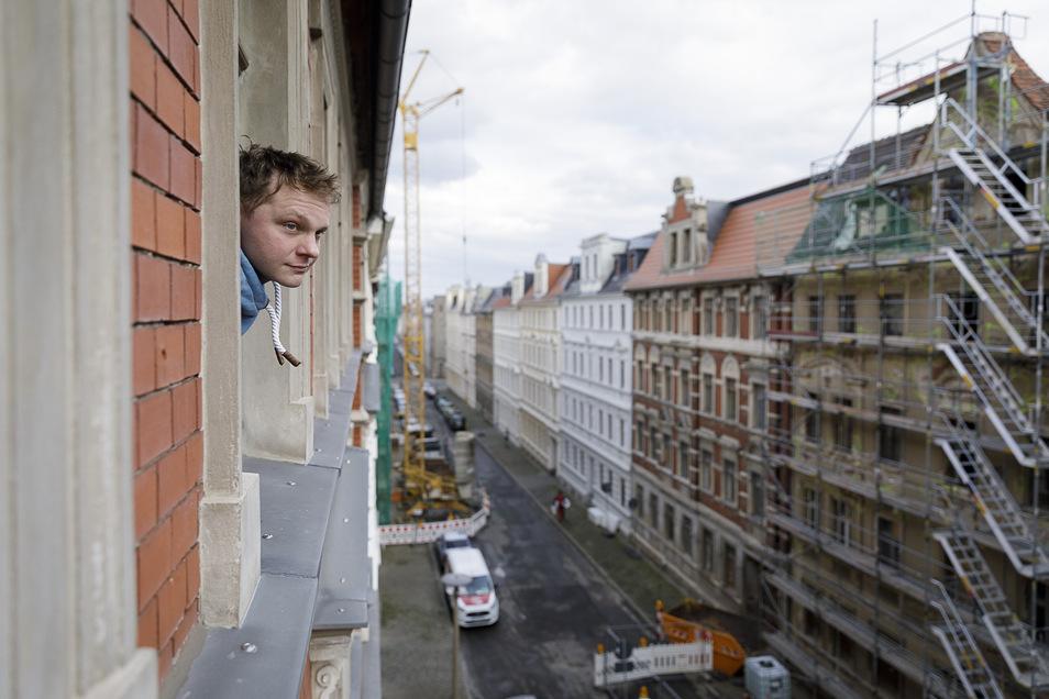 Michael Bech schaut aus seinem Fenster in der Jauernicker Straße 35. Gegenüber sind gleich vier Häuser in einem sehr schlechten Zustand. Eins davon droht einzustürzen.
