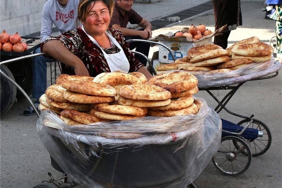 Am riesigen, 2000 Jahre alten, Siab-Basar von Samarkand atmen Besucher den Duft des Orients – und von Hunderten Brotsorten.