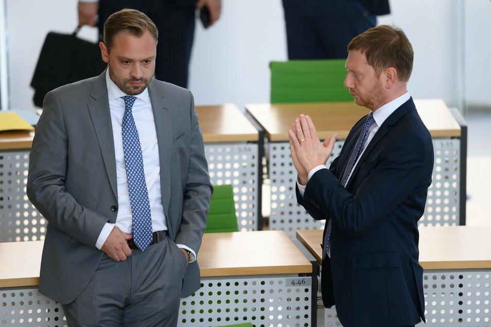 Michael Kretschmer (CDU, r.) steht vor Beginn der Sitzung im Landtag neben CDU-Generalsekretär Alexander Dierks
