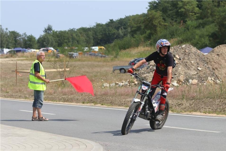Doch nicht nur auf dem Wasser war jede Menge geboten. So fand parallel auch die ostdeutsche Motorrad-Trial-Meisterschaft statt. Dabei beweisen die Zweirad-Fahrer ihr Können nicht nur auf Asphalt ...